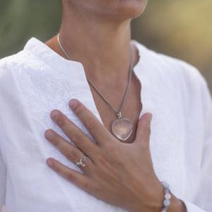 Bild von einer Frau die Ihre Hand auf den Brustkorb legt.